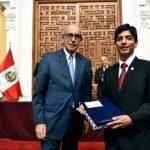 Entrega de presentes a alumno de la Academia Diplomática del Perú.